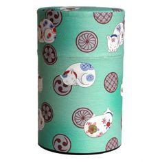 眠り猫の柄の和紙が貼られたお茶缶です。内蓋付きなのでお茶を湿気から守ります。高さ12cm直径7.3cmです。黄色もあります。同じ柄の蓋茶漉し付きマグ、ポット/980mlもあります。
