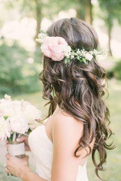 coiffure de mariée avec couronne de fleurs: mariage en plein air