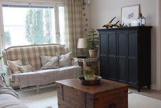 Mustaksi maalattu TV-kaappi on tervaleppää ja sen saa pintakäsiteltyä minkä väriseksi tahansa. Kaappia on 3 eri kokoa. Tässä mitat: 135x45x135