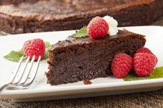 Рецепт Шоколадный торт без муки. �Рецепт популярного шеф-повара Джейми Оливера: шоколадный торт без муки. Масло и шоколад нарезать. Растопить оба...
