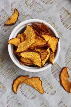Oven dried peach chips are a delicious and healthy snack! Easy to make, these dried peaches are packed with sweet summer flavor and are a perfect healthy school snack! Healthy School Snacks, Healthy Toddler Snacks, School Lunches, Healthy Eats, Fruit Recipes, Whole Food Recipes, Snack Recipes, Easy Recipes, Keto Recipes