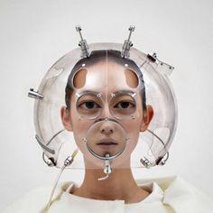 Nascido na Coréia do Sul, o artista Hyungkoo Lee distorce rostos criando um aumento surreal em olhos e bocas, além de fazer outras experiências através de objetos bizarros que ele mesmo criou.