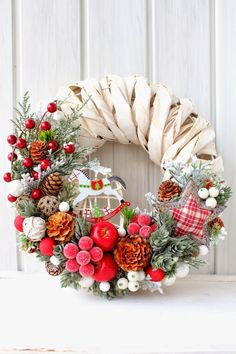 6 Creative Christmas Wreath Ideas That Will Beautify Your Day DIY Projects The Christmas wreath is the most popular Christmas decoration for those that enjoy taking their own personal style and personal flair to decorate thei. Christmas Projects, Christmas Crafts, Christmas Ornaments, Christmas Love, Christmas Holidays, Natal Diy, Navidad Diy, Christmas Arrangements, Holiday Wreaths