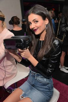 Victoria Justice Photos - Actor Victoria Justice at the NYX Professional Makeup and Samsung VR Launch Party at Beauty & Essex on December 2017 in Los Angeles, California. - NYX Professional Makeup and Samsung VR Launch Party Professional Women, Professional Makeup, Estilo Victoria Justice, Samsung Vr, Vicky Justice, Victorious Justice, Hot Brunette, Classy Women, American Actress