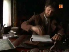 Fiódor Dostoievski, nacido en Moscú, fue enviado a estudiar a San Petersburgo, donde vivió y murió y escribió sus grandes obras en las que explora el complejo mundo político, social y religioso de la sociedad rusa del siglo XIX.