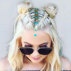 A Coachella coiffure is feasible if you happen to observe the traits of the pageant. Coachella is likely one of the largest festivals in th… Music Festival Hair, Look Festival, Festival Makeup, Summer Hairstyles, Cool Hairstyles, Braided Hairstyles, Festival Hairstyles, Hair Inspo, Hair Inspiration