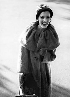 Rose Marie Le Clerc, New York, 1958 Jerry Schatzberg Jerry Schatzberg, Vintage Fashion 1950s, Rose Marie, 20th Century Fashion, Vintage Coat, Retro Look, Vintage Glamour, Kawaii Girl, Fashion Images