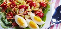 Aardappelsalade met groente en ei