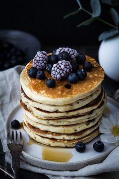 OH MY! Blaubeer-Joghurt-Pancakes. Muss ich mehr sagen? Der perfekte Start in den Sonntagmorgen. Oder Mittag. Oder sagen wir besser: Der weltbeste Start in den Tag. Am liebsten täglich, wenn…