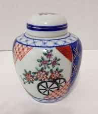 Vintage Oriental Porcelain Imari Ginger Jar Vase Urn in Excellent Condition