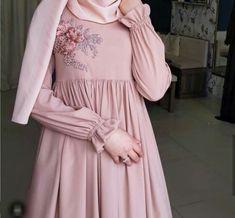 مدل مانتو بلند زنانه تابستانه - Tesettür Hırka Modelleri 2020 - Tesettür Modelleri ve Modası 2019 ve 2020 Hijab Style Dress, Modest Fashion Hijab, Hijab Chic, Abaya Fashion, Fashion Dresses, Moslem Fashion, Mode Abaya, Hijab Fashionista, Sleeves Designs For Dresses