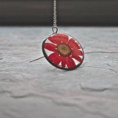 Rouge pressé Marguerite collier collier de par DuplikaJewelry