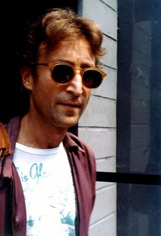 36 Color Pictures of John Lennon on Streets in the Last Year of His Life ~ vintage everyday John Lennon Yoko Ono, Imagine John Lennon, John Lennon Beatles, The Beatles, Beatles Band, Paul Mccartney, Great Bands, Cool Bands, John Lennon Sunglasses