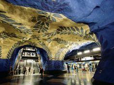 Mit Blumen und Blattranken auf die Reise. Künstler Per Olof Ultvedt bemalte 1975 die Tunnelbana-Station T-Centralen. (Stockholmer U-Bahnnetz)