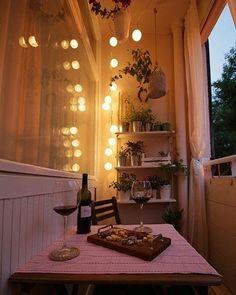 Dessa vez o fio de luz dá o charme a essa mini varanda! ✨✨ #decoraçãopravocê
