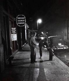 Stopping to tie shoe on fire plug - New York - 1947 - photographer Stanley Kubrick. Vintage Photographs, Vintage Photos, Stanley Kubrick Photography, New York City, Ville New York, Foto Poster, Look Magazine, Michelangelo Antonioni, Famous Photographers