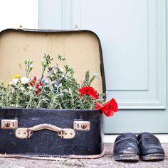 Leta efter fina koffertar. Plantera i, ha som förvaring av vinterkläder, stapla på höjden eller fyll med pocketböcker och ställ bredvid gästsängen. Gamla koffertar har oändliga användningsområden. De kanske inte uppfyller våra behov när det kommer till resebagage, men är desto mer praktiska och snygga i inredningssammanhang.