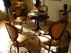 La Pedrera. Gaudí. 1910.Piso visitable donde se puede apreciar como vivia la familia burguesa.Dormitorio. Una sala. Siguiendo la costumbre de la mayoría de la burguesía barcelonesa de finales del XIX y principios del XX, así como por deseo de la Familia Milà, el inmueble fue diseñado como una finca de vecinos, donde se reservó el piso principal a la familia propietaria y el resto a pisos de alquiler.