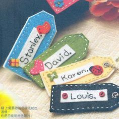 Tutorial for embroidered felt name tags Diy Name Tags, Felt Keychain, Felt Name, Felt Bookmark, Logo Real, Felt Gifts, Handmade Gift Tags, Handmade Dolls, Felt Books