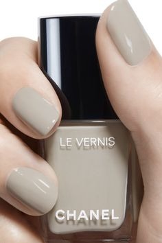 LE VERNIS by CHANEL: A long-wear, protective nail polish with lasting shine designed to make vibrant colours dazzle. Opi Gel Nails, Manicure Y Pedicure, Glam Nails, Classy Nails, Stylish Nails, Trendy Nails, Cute Nails, My Nails, Chanel Nail Polish
