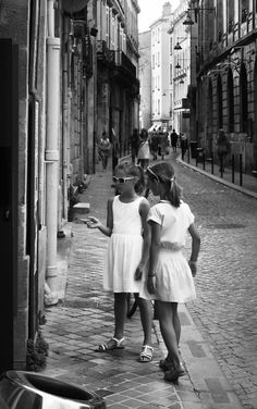 Two Girls in the Streets of Bordeaux © D. Krehbiel #blackandwhite #streetphotograpy #street #photography #schwarzweiss #blackandwhitephotography #streetsceene #photographers #urban #cities #black #bordeaux #roads #france #alley