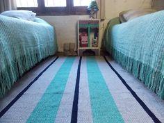 Alfombra y mantas de rafia tejidas en telares propios