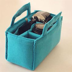 Make this cute camera carrier to switch inside your bags or purses. like this idea for changing purses/not box for camera Sewing Hacks, Sewing Tutorials, Sewing Crafts, Sewing Projects, Sewing Patterns, Quilting Patterns, Diy Projects, Diy Sac Pochette, Cute Camera