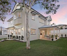 Hamptons style Queenslander 😍 (@domain.com.au / @placeestateagents @taylorkleinberg ) House Design, Cottage Style, Beach House Style, House Exterior, Hamptons House, House Styles, House Designs Exterior, Australian Homes, House Paint Exterior