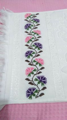 Really nice Cross-Stitch towel symmetrical patterns. Just Cross Stitch, Cross Stitch Borders, Cross Stitch Flowers, Cross Stitch Designs, Cross Stitching, Cross Stitch Embroidery, Cross Stitch Patterns, Hand Embroidery Designs, Embroidery Patterns