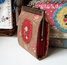 El taller de Maricú: Tarjetero con boquilla... Mother Gifts, Decoupage, Coin Purse, Projects To Try, Card Holder, Handbags, Quilts, Purses, Sewing