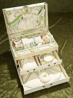 French bisque bebe by SFBJ in presentation trunk with trousseau and accessories Old Dolls, Antique Dolls, Vintage Dolls, Miniature Crafts, Miniature Dolls, Diy Doll Trunk, Child Doll, Baby Dolls, Homemade Dolls