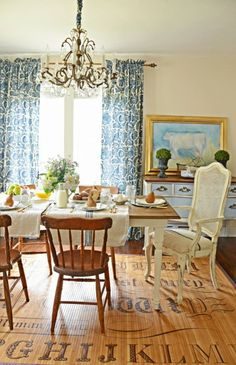 Build a stylish kitchen table with these free farmhouse table plans. They come in a variety of styles and sizes so you can build the perfect one for you. Farmhouse dining room table and Farm table plans. Country Interior, Country Decor, French Interior, Dining Room Curtains, Blue Curtains, Dining Rooms, Farmhouse Style Table, Diy Dining Table, Rustic Table