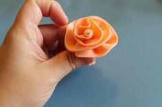 How to Make Fondant Roses: A Simple Fondant Rose Tutorial - Cake Decorating Dıy Ideen Fondant Ruffles, Fondant Flower Cake, Fondant Cakes, Fondant Figures, Fondant Rose Tutorial, Cake Tutorial, Cake Decorating Techniques, Cake Decorating Tips, Flowers