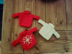 Mini Christmas Sweaters | Free knitting pattern