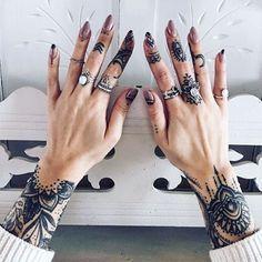 @luna.lindsay #inked #fingers ✨