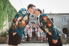 Fantastic group vintage wedding picture | http://myvintageweddingportugal.com/ #thequinta #myvintageweddingportugal #weddinginportugal #portugalwedding #samesexmarriage #samesexmarriageinportugal #gaywedding #gayweddinginportugal