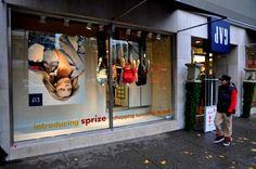 Tienda de la calle Robson Gap en Vancouver, BC fue volteado al revés, literalmente, para el lanzamiento de Sprize. En exclusiva para tiendas Gap área de Vancouver - Sprize está convirtiendo comercial en su cabeza. Enlace aquí.