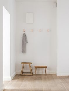 Ultra-minimalist entryway with a rustic touch in the form of two wood stools. Ultra-minimalistischer Eingangsbereich mit rustikaler Note in Form von Modern Entryway, Entryway Decor, Entryway Ideas, World Of Interiors, Decoration Hall, Muebles Home, Traditional Style Homes, Modern Traditional, Interior Minimalista