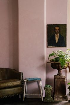 Perfect pink sitting room With green velvet sofa and vintage art Green Velvet Sofa, Green Sofa, Kitchen Cupboards, New Kitchen, Square Kitchen, Eclectic Kitchen, Eclectic Decor, Kitchen Dining, Kitchen Ideas