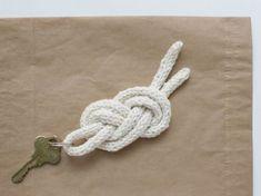 Este chaveiro de corda trançada é diferente e super fácil de ser feito.