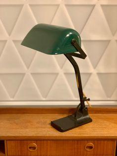 Art Déco Schreibtischlampe | Bankerlampe um 1920/1930 aus der Jugendstil & Bauhaus Ära von RemoVintage auf Etsy Desk Lamp, Table Lamp, Art Deco, 1920, Vintage Table, Bauhaus, Etsy, Home Decor, Vintage Table Lamps