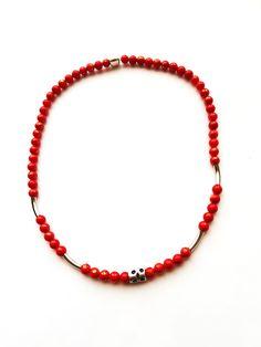 ESK 1013 - Ein Traum von einer Halskette aus Natursteinperlen – Jade in Rot mit einem Schimmer Gold 6mm. In der vorderen Mitte wurde eine Metallperle silberfarben eingearbeitet und rechts und links in Abständen jeweils zwei Stiftperlen, die die Rundung betonen. Jade, Beaded Necklace, Jewelry, Design, Fashion, Semi Precious Beads, Natural Stones, String Of Pearls, Silver