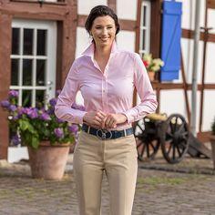 Vollzwirn-Bluse Rosé, 100 % Baumwolle. Die Bluse ist gefertigt mit Kent-Kragen, gesteppter Knopfleiste, abgeschrägten Manschetten, klassischem Ärmelschlitz, Rückenpasse, Rückenmittelnaht und leicht abgerundetem Saum.  Artikelnummer: 2 510 030 ab 79,90 €