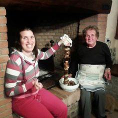 L'ultimo arrosto della stagione a Poggio al Bosco: la Sara aiuta la nonna Maria