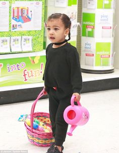 Kim Kardashian treats her daughter North to Toys R Us shopping spree Beautiful Children, Beautiful Babies, North West Kardashian, Cute Kids, Cute Babies, Little People Big World, Celebrity Moms, Celebrity Photos, Celebrity Style