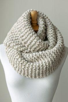 Tejer bufanda, bufanda infinity punto grueso en color marrón claro o Beige, mano punto círculo de la bufanda, tejer bufandas de eternidad, chimenea de bufanda lazo grueso
