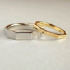 刃物で切り出して、複数の面をリングに。 丸みのないシャープなデザインが、 真っ直ぐに伸びる光とイメージが重なります。* * デザインは同じ、アレンジはそれぞれ。 女性は一面だけ星屑をちりばめたようなテクスチャー、 男性はマットな中に一面だけ鏡面を忍ばせました。* * 婚約指輪に引き続き、じっくり考えて下さった 結婚指輪が仕上がりました。* * Luce≪ルーチェ≫ https://rings.ateliermarriage.com/collections/show?ring_id=40 * * #ith表参道 #表参道 #イズ #銀座 #吉祥寺 #横浜元町 #柏 #大宮 #Pt900 #プラチナ #結婚指輪 #マリッジリング #K18YG #イエローゴールド #K18 #ゴールド #wedding #ring #ダイヤモンド # #オーダメイド #and_ith #ginza #槌目