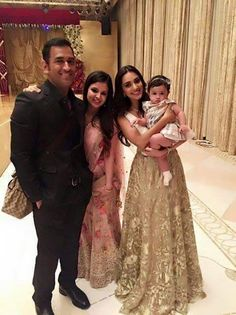 MS #Dhoni family with #KiaraAdvani, who will play #SakshiDhoni's role in MSD's Bio-Pic cinema.