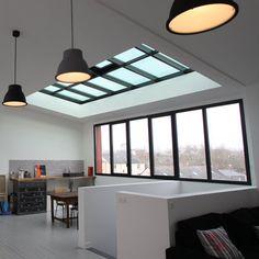La surélévation abrite le bureau de l'architecte Claire Dupriez, mais aussi un espace salon télé, un coin jeu et un atelier peinture. Les baies vitrées en façade et toiture inondent le lieu de lumière. L'espace intègre l'escalier existant des combles, et conserve le plancher d'origine en sapin.