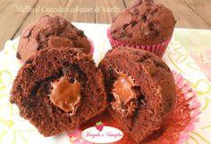 Questi muffin al cioccolato col cuore di Nutella e gocce di cioccolato sono una tentazione irresistibile da gustare a colazione o a merenda, scegliete voi!